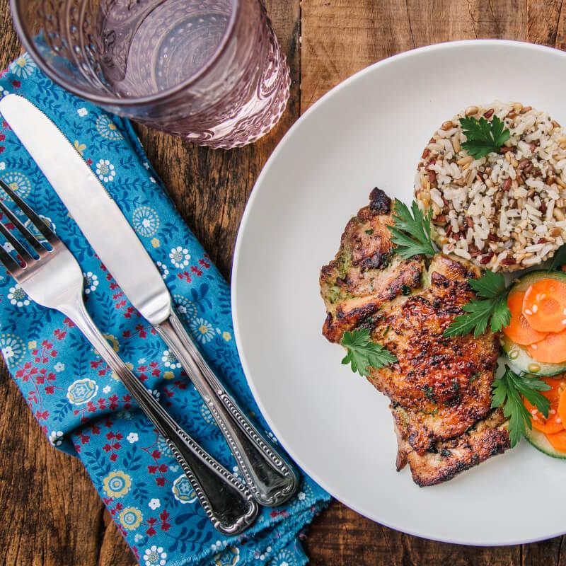 Sobrecoxa grelhada + arroz 7 grãos + abobrinha com cenoura e mix gold