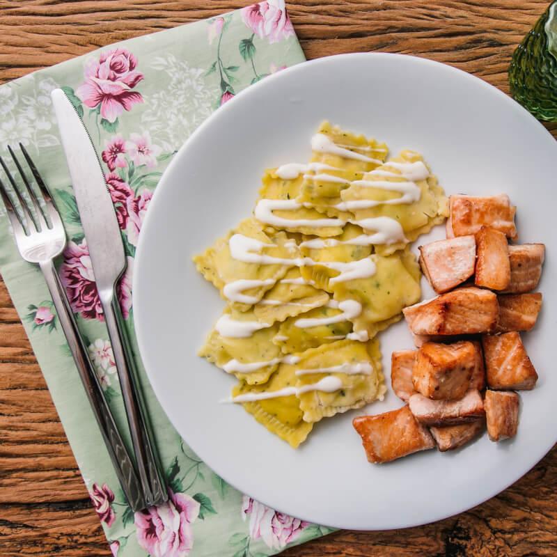 Salmão grelhado em cubos + ravioli de espinafre e ricota + molho béchamel