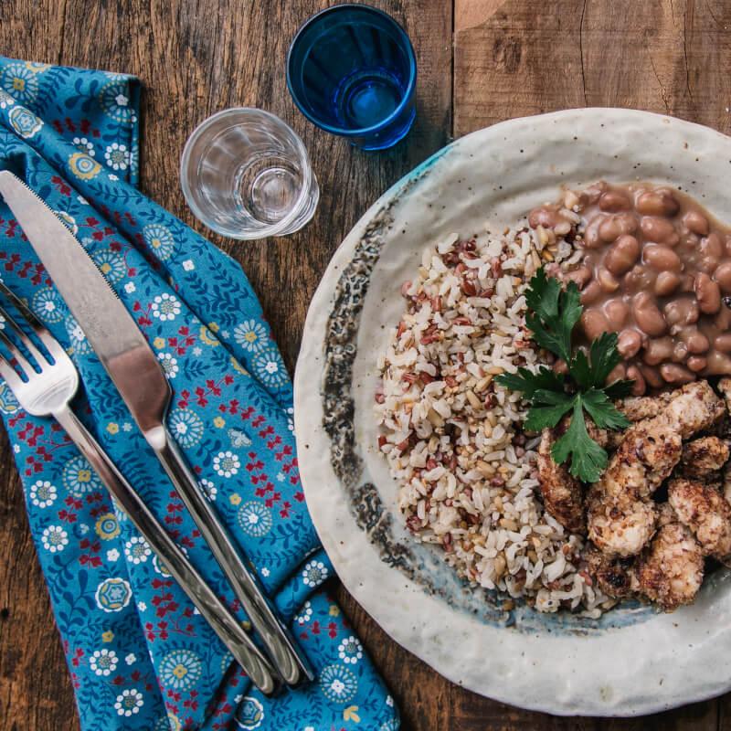 Frango ao dijon com crosta de quinoa, aveia e linhaça + arroz 7 grãos + feijão carioca