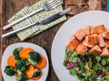 Salmão grelhado em cubos + brócolis com cenoura + salada com molho azeite e limão