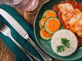 Frango parmegiana ao forno c/ mussarela light + arroz branco + abobrinha com cenoura e mix gold
