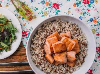 Salmão grelhado em cubos + arroz 7 grãos + salada com molho azeite e limão