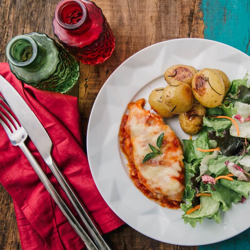 Frango parmegiana ao forno c/ mussarela light + batata bolinha na manteiga com alecrim + salada com molho azeite e limão