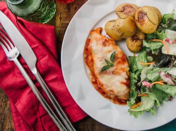 Frango parmegiana ao forno + batata bolinha na manteiga com alecrim + salada com molho azeite e limão