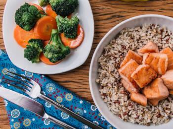 Salmão grelhado em cubos + arroz 7 grãos + brócolis com cenoura