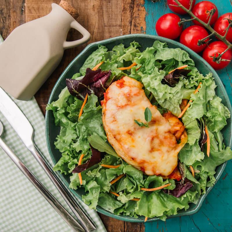 Frango parmegiana ao forno c/ mussarela light + salada com molho azeite e limão