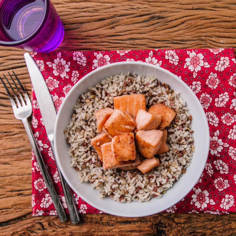 Salmão grelhado em cubos + arroz 7 grãos