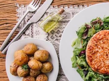 Hambúrguer de salmão + batata bolinha na manteiga com alecrim + salada com molho azeite e limão
