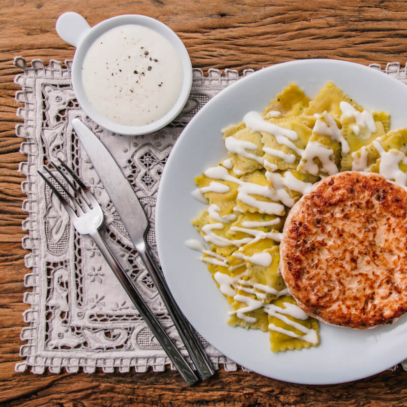 Hambúrguer de salmão + ravioli de espinafre e ricota + molho béchamel