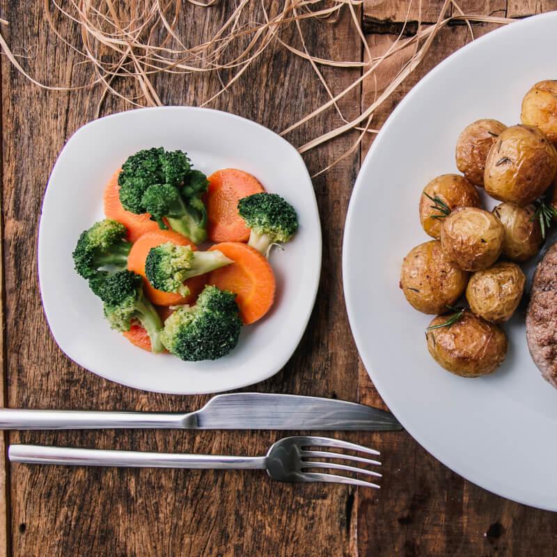 Hambúrguer de fraldinha + batata bolinha na manteiga com alecrim + brócolis com cenoura