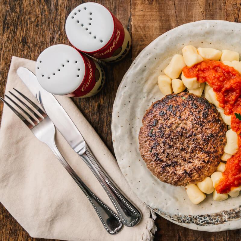 Hambúrguer de fraldinha + nhoque de batata + molho ao sugo