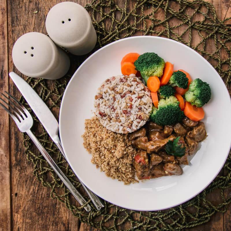 Picadinho + arroz 7 grãos + brócolis com cenoura + farofa de quinoa