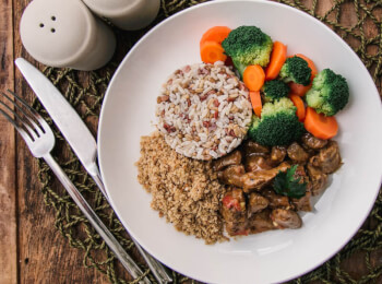 Picadinho de filé mignon + arroz 7 grãos + brócolis com cenoura + farofa de quinoa
