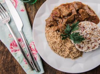 Picadinho de filé mignon + arroz 7 grãos + farofa de quinoa