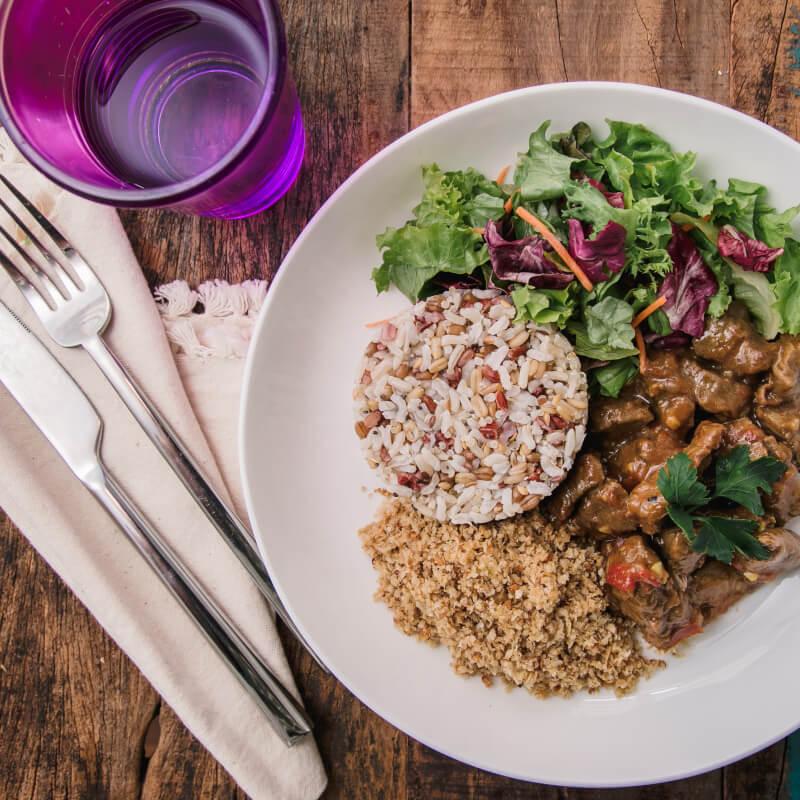 Picadinho + arroz 7 grãos + farofa de quinoa + salada com molho azeite e limão