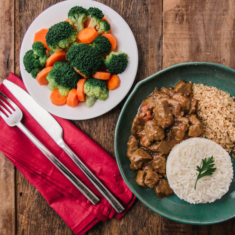 Picadinho + arroz branco + brócolis com cenoura + farofa de quinoa