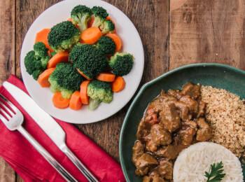 Picadinho de filé mignon + arroz branco + brócolis com cenoura + farofa de quinoa