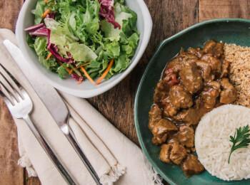 Picadinho + arroz branco + farofa de quinoa + salada com molho azeite e limão