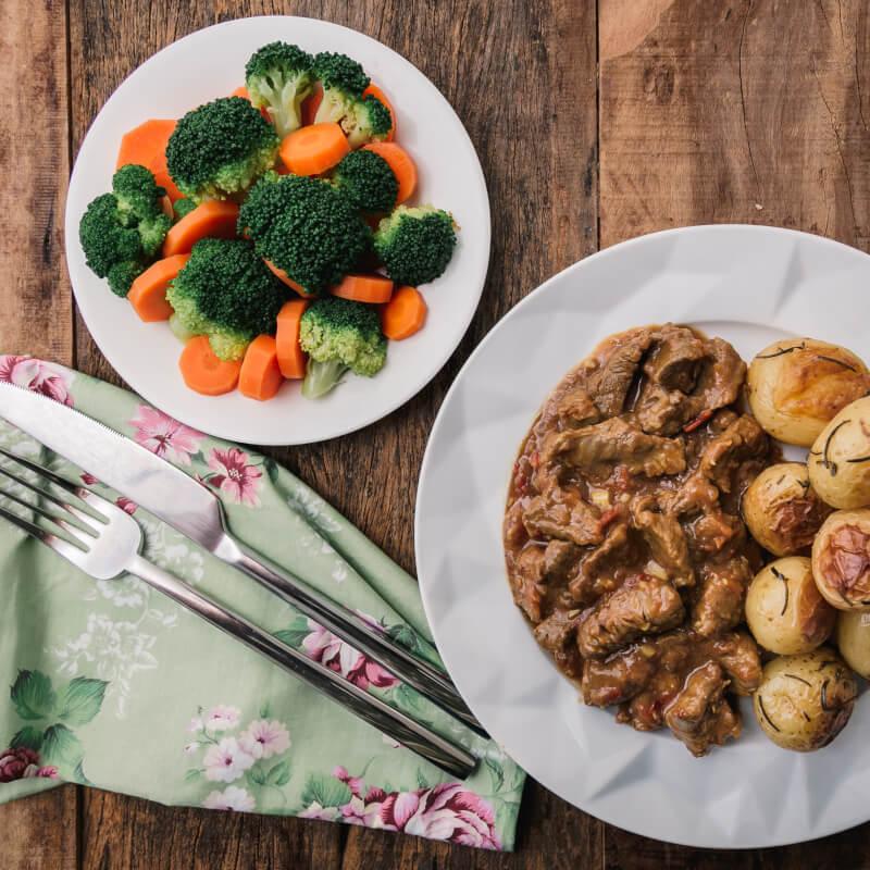 Picadinho + batata bolinha na manteiga com alecrim + brócolis com cenoura