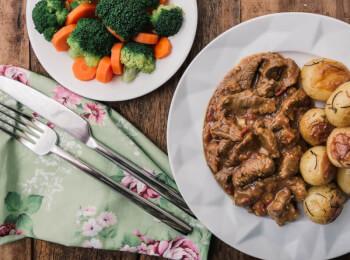 Picadinho de filé mignon + batata bolinha na manteiga com alecrim + brócolis com cenoura
