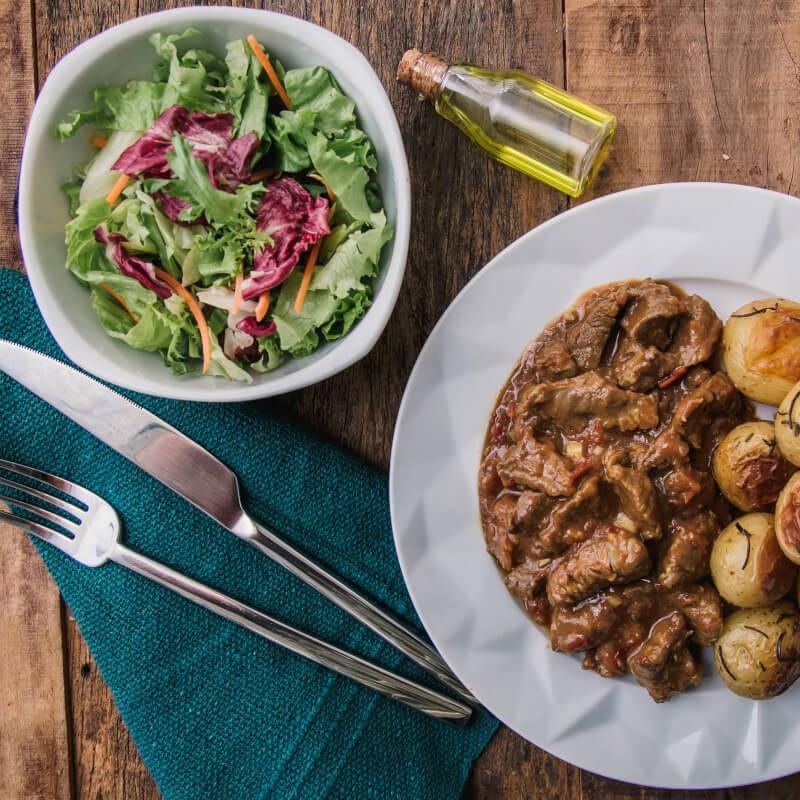 Picadinho + batata bolinha na manteiga com alecrim + salada com molho azeite e limão